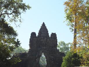 世界遺産 カンボジア アンコールトム南大門の写真素材 [FYI01161693]