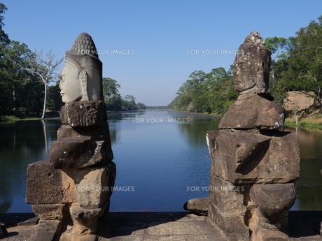世界遺産 カンボジア アンコールトム南大門の写真素材 [FYI01161697]