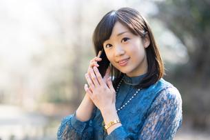 電話で話す女性の写真素材 [FYI01161993]