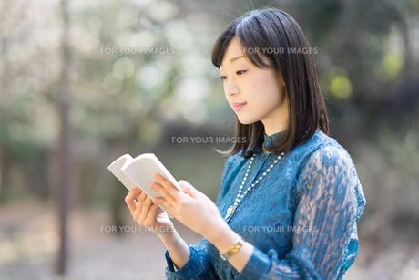 本を読んでる女性の写真素材 [FYI01161997]