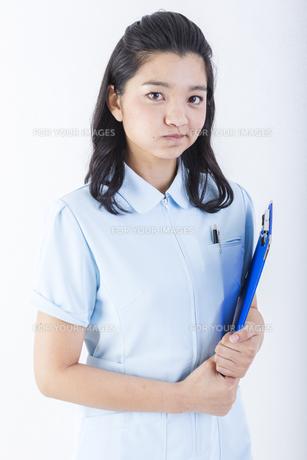 怒っている女性の医療従事者の写真素材 [FYI01162069]