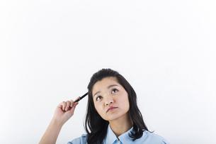 考え事をしている女性の医療従事者の写真素材 [FYI01162079]