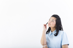 考え事をしている女性の医療従事者の写真素材 [FYI01162084]