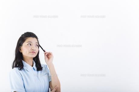 考え事をしている女性の医療従事者の写真素材 [FYI01162085]