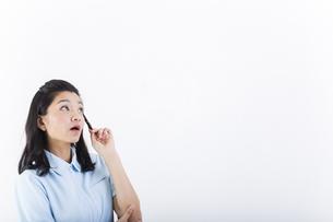 考え事をしている女性の医療従事者の写真素材 [FYI01162087]