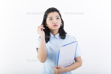 考え事をしている女性の医療従事者の写真素材 [FYI01162089]
