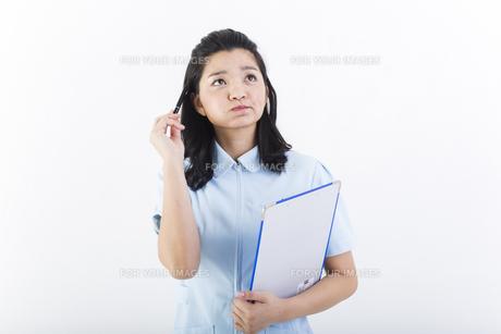 考え事をしている女性の医療従事者の写真素材 [FYI01162090]