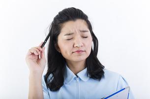 考え事をしている女性の医療従事者の写真素材 [FYI01162092]