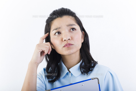 考え事をしている女性の医療従事者の写真素材 [FYI01162093]
