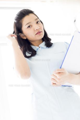 考え事をしている女性の医療従事者の写真素材 [FYI01162110]