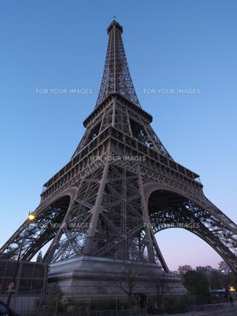 パリ 夕刻のエッフェル塔の写真素材 [FYI01162176]