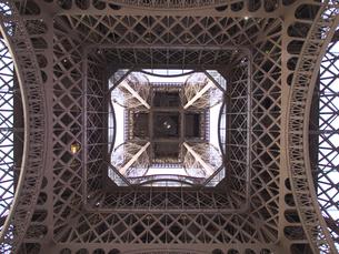 パリ 直下から見たエッフェル塔の写真素材 [FYI01162186]
