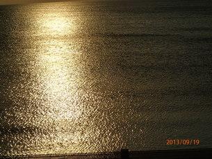 海面に映る夕日の写真素材 [FYI01162200]