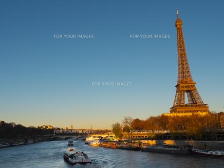 パリ エッフェル塔とセーヌ川の写真素材 [FYI01162212]