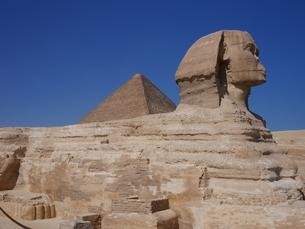 エジプト ギザ スフィンクスとクフ王のピラミッドの写真素材 [FYI01162285]