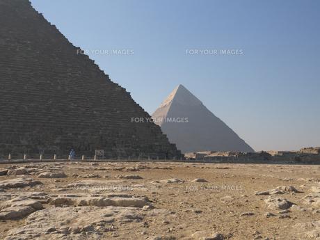 エジプト ギザのクフ王とカフラー王のピラミッドの写真素材 [FYI01162286]