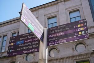 リバプール キャヴァーン・クラブの方向を示す標識の写真素材 [FYI01162314]