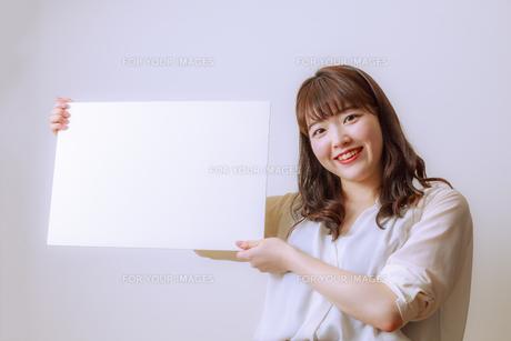 ホワイトボードを持つ若い女性の写真素材 [FYI01162645]