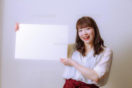ホワイトボードを持つ若い女性の写真素材 [FYI01162646]