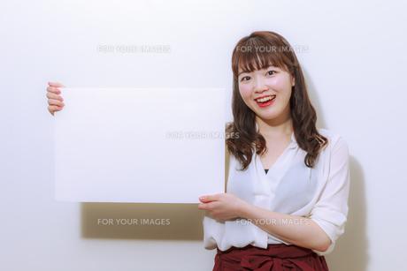 ホワイトボードを持つ若い女性の写真素材 [FYI01162648]