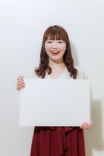 ホワイトボードを持つ若い女性の写真素材 [FYI01162649]