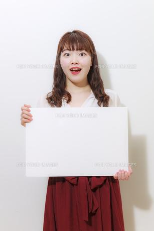 ホワイトボードを持つ若い女性の写真素材 [FYI01162650]