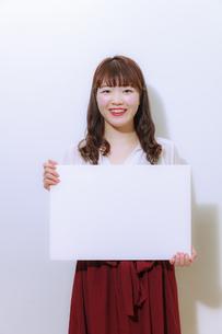 ホワイトボードを持つ若い女性の写真素材 [FYI01162651]