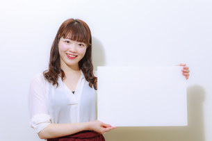 ホワイトボードを持つ若い女性の写真素材 [FYI01162652]