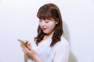 スマホを操作する女性の写真素材 [FYI01162653]