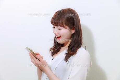 スマホを操作する女性の写真素材 [FYI01162655]