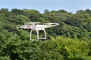 飛行中の小型ドローンの写真素材 [FYI01162662]
