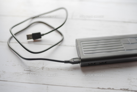モバイルバッテリーとUSBケーブルの写真素材 [FYI01162829]