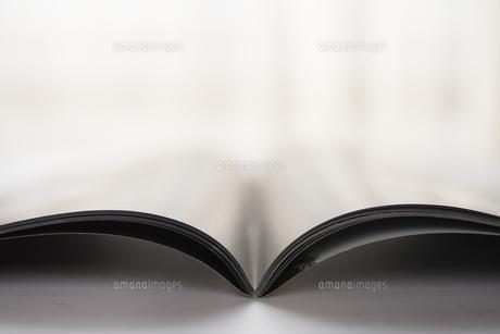 窓辺の開いた雑誌の写真素材 [FYI01162831]