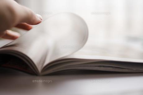 雑誌のページをめくる場面の写真素材 [FYI01162833]