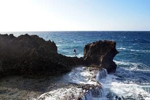 沖縄・残波岬の荒波の写真素材 [FYI01162912]