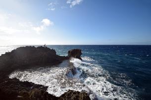 沖縄・残波岬の荒波の写真素材 [FYI01162913]