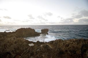 沖縄・残波岬の荒波の写真素材 [FYI01162914]