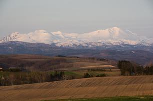春の雪山と丘陵地帯の写真素材 [FYI01163011]