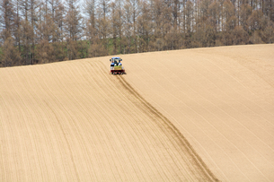 春の畑と農作業の写真素材 [FYI01163018]
