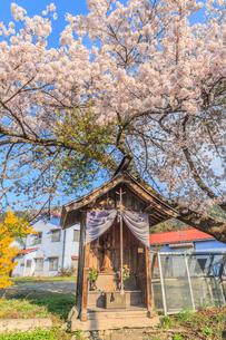 春のみなかみ町の地蔵堂の風景の写真素材 [FYI01163103]