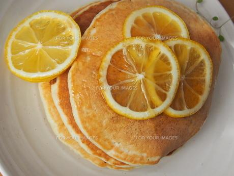 ハチミツレモンのおいしいパンケーキの写真素材 [FYI01163158]