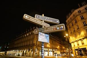 パリ リヴォリ通りの道路標識の写真素材 [FYI01163357]