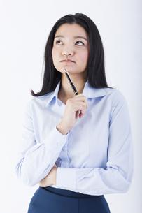 考え事をしている女性の写真素材 [FYI01163427]