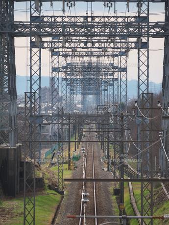 単線鉄道の上を走る送電網の写真素材 [FYI01163635]