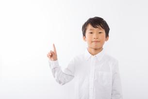 人差し指を立てる少年の写真素材 [FYI01163854]