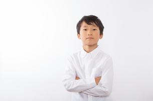 腕を組む少年の写真素材 [FYI01163859]