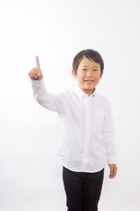 人差し指を指す少年の写真素材 [FYI01163863]