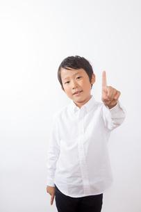 人差し指を指す少年の写真素材 [FYI01163864]