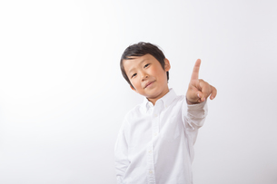 人差し指を指す少年の写真素材 [FYI01163865]