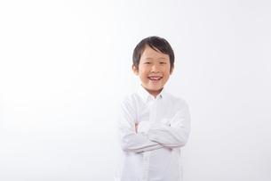 腕を組む笑顔の少年の写真素材 [FYI01163866]